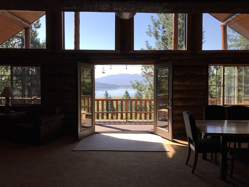 Beautiful Log Cabin with views of Hauser Lake, aluguéis de temporada em Elk