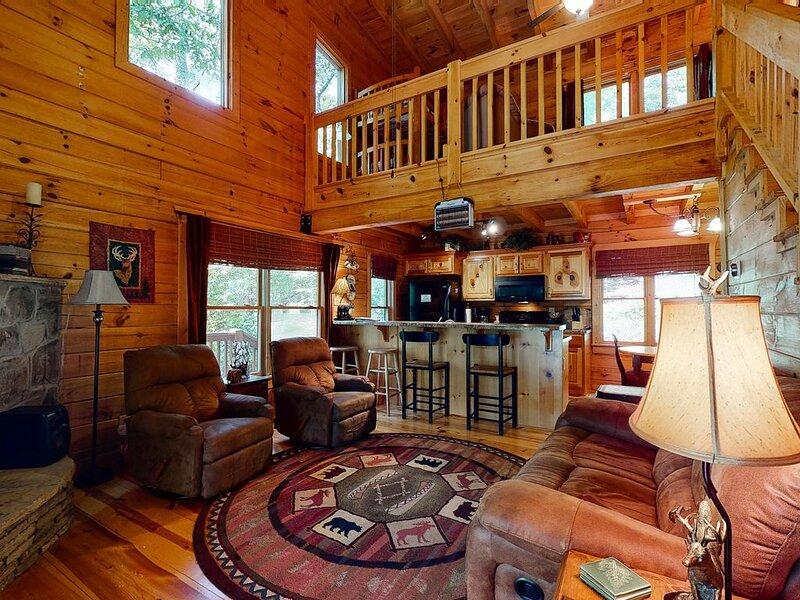 Lovely mountain cabin w/ Xbox/ NES/ private hot tub - close to Blue Ridge!, casa vacanza a Mineral Bluff