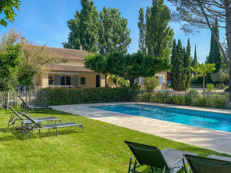Perfect families, Fenced heated pool, Huge garden, 15 p., holiday rental in Lagnes
