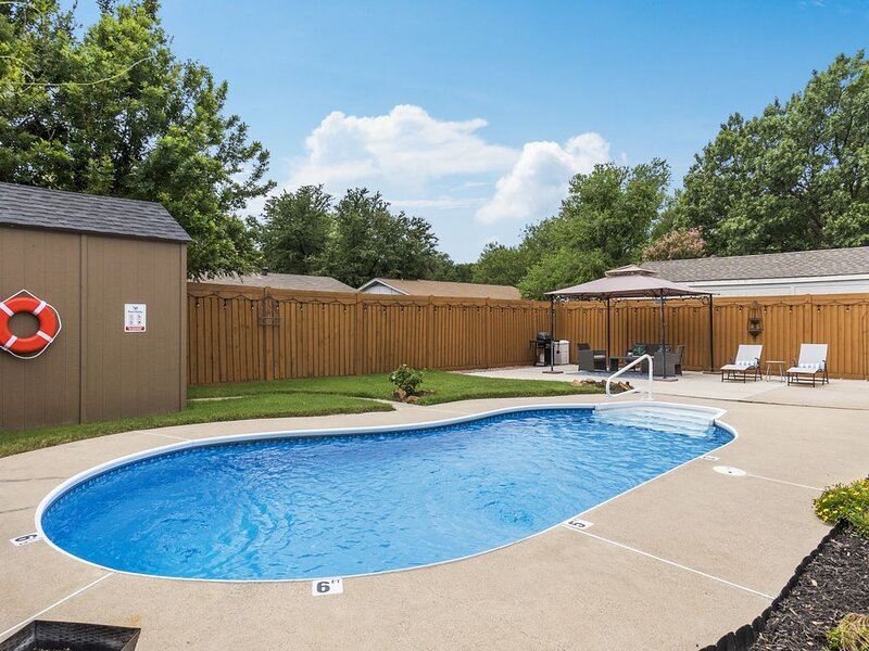 Private Pool Oasis in the heart of DFW! Quiet and central., location de vacances à Blue Mound