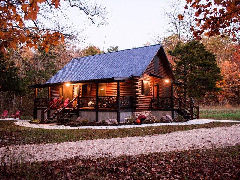 Prairie Hollow Hideaway, cozy 3-bedroom log cabin located 1 mile from Two Rivers, aluguéis de temporada em Van Buren