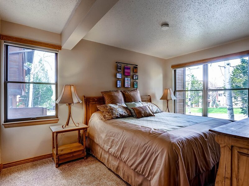 Open & warm condo w/ shared clubhouse, pool, hot tubs, sauna & winter shuttle, holiday rental in Steamboat Springs