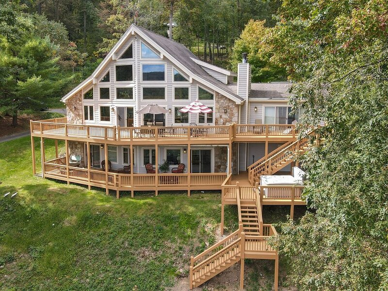 Lake Access Home w/Hot Tub, Pool Table, & Lake/Mountain Views!, holiday rental in McHenry