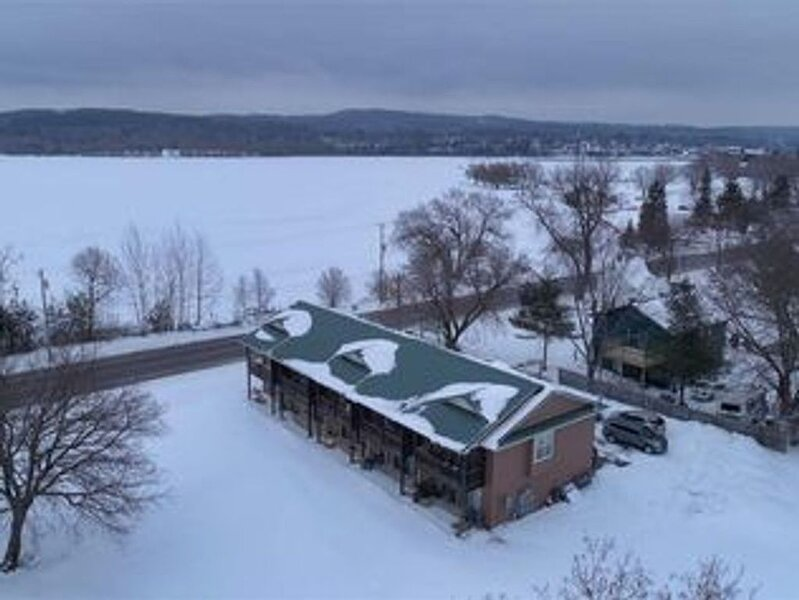 WINTER RETREAT! 13 Miles to Boyne Mountain - Rustic Roots Lake Charlevoix, alquiler de vacaciones en East Jordan