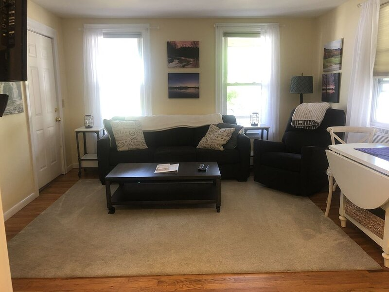 Great Price- 2-Bedroom clean and Quiet- Maple St. Walk anywhere, holiday rental in Richmond