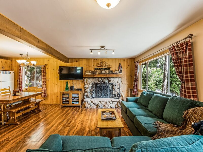 Cozy, dog-friendly cabin w/ forest views, deck, & private pool table, alquiler de vacaciones en Pine Cove