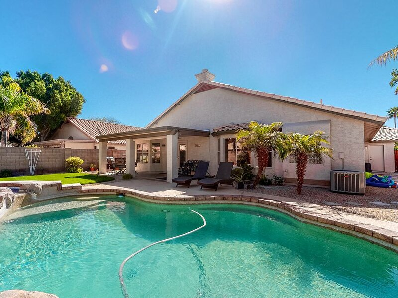 Sunny retreat w/ private pool, hot tub, & game room - perfect for families!, alquiler de vacaciones en Chandler