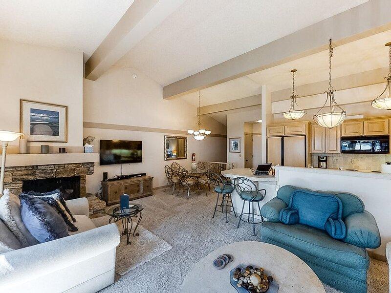 New listing! Spacious condo w/ private beach access, gas grill, & balcony!, aluguéis de temporada em Zephyr Cove
