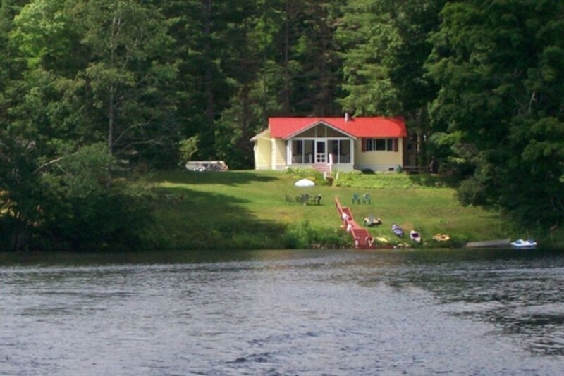 Cottage on Lake Algonquin with Beautiful Views, location de vacances à Lake Pleasant
