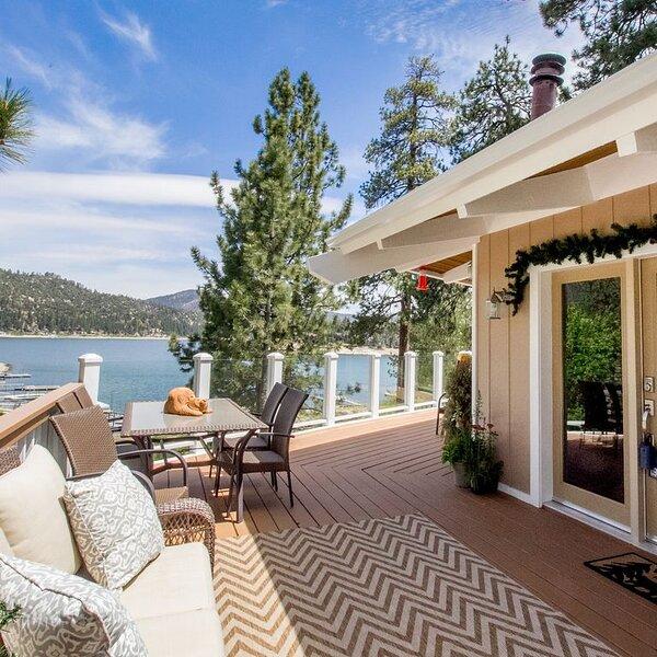 Gorgeous 8 person Lakehouse with Dock.  Spectacular Views, 6 Person Spa & BBQ!, alquiler de vacaciones en Angelus Oaks