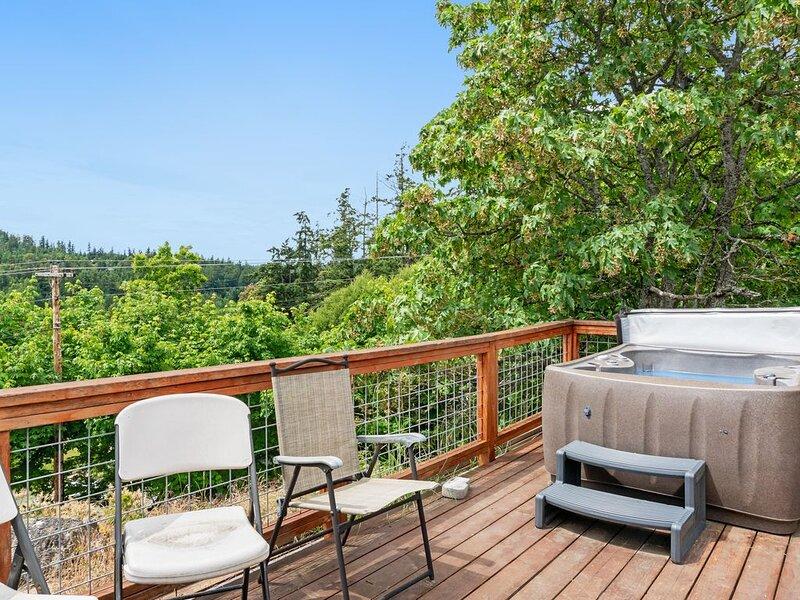 New listing! Sunset studio with stunning views & hot tub - dog-friendly!, location de vacances à Deer Harbor