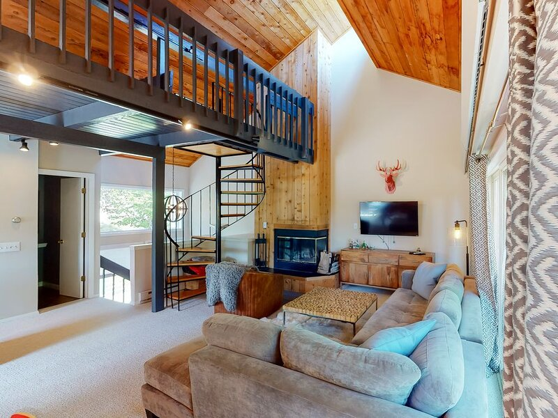 Modern lodge style, ski-in/ski-out condo w/ loft and wood-burning fireplace!, aluguéis de temporada em Mount Holly