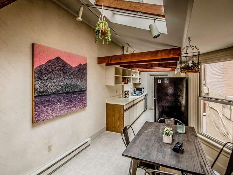 ☆ Quirky Downtown Loft ☆, holiday rental in Linglestown