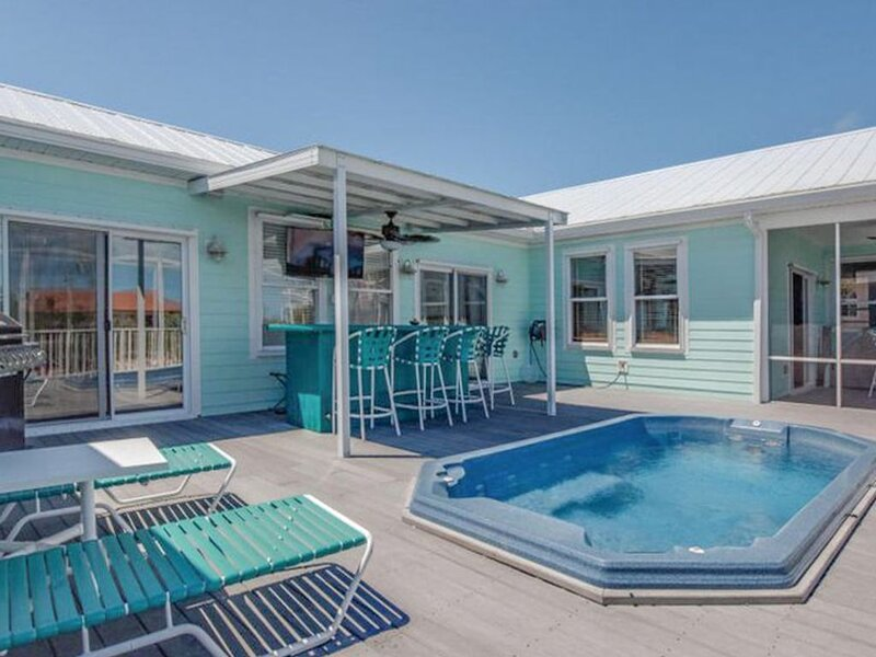 New listing! Canal front home with dock, quick ocean access and a hot tub!, location de vacances à Sugarloaf