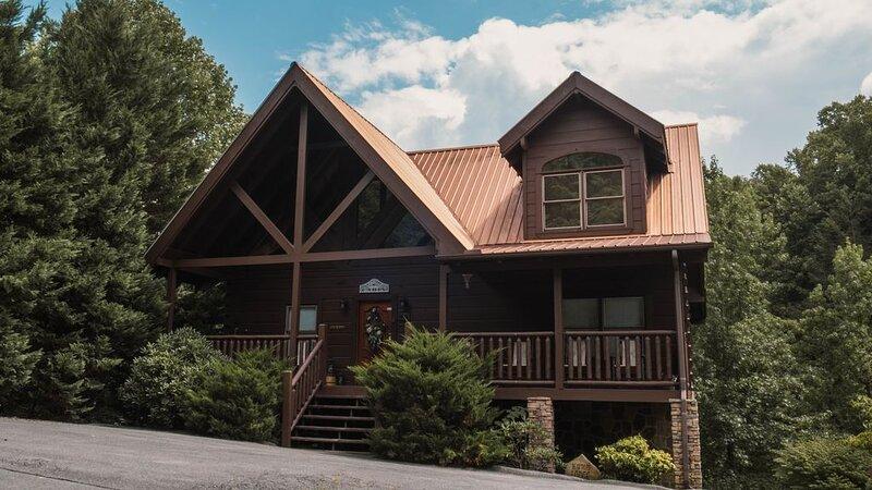 Bear Tales Lodge!  3B/3B Best Location in PF! Sleeps 12, alquiler de vacaciones en Pigeon Forge