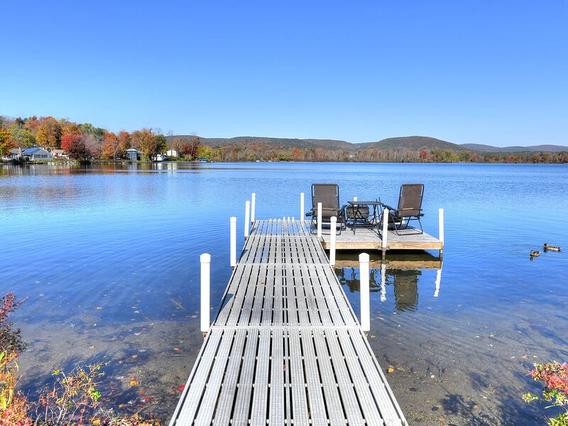 SPECTACULAR RENOVATED BERKSHIRE LAKEFRONT HOUSE ON RICHMOND POND, holiday rental in Lanesboro