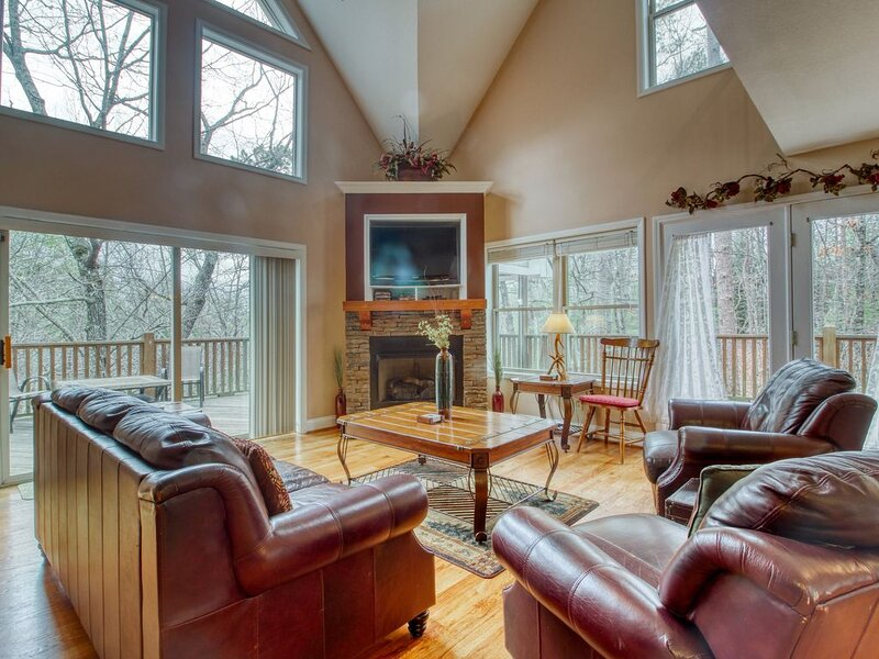 Dog-friendly house w/ private hot tub, gas fireplace, game room, & much more!, location de vacances à Helen