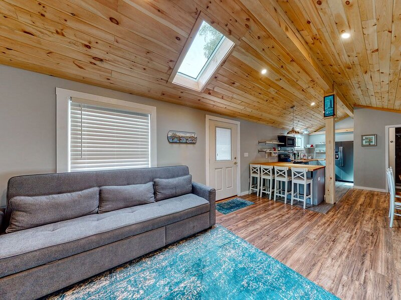 Dog-friendly cottage w/ shared pool - close to beach & golf!, holiday rental in Kennebunk