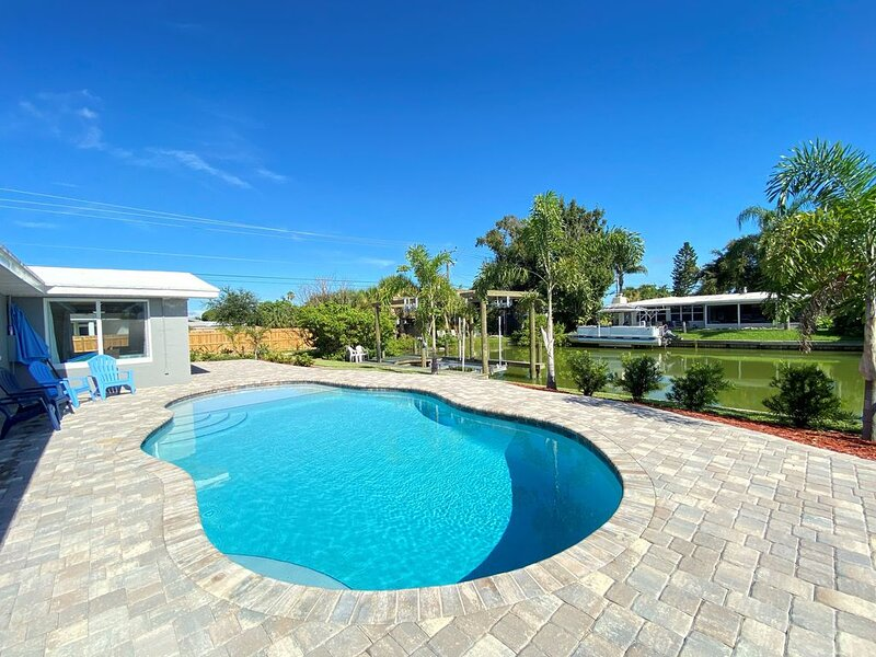 Water front Home with dock, near Beaches, Space Center, close to Theme Parks., alquiler de vacaciones en Port Canaveral