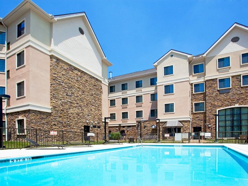Outdoor Pool + Free Breakfast + Free Wi-Fi | Close to UNC Chapel Hill University, location de vacances à Durham