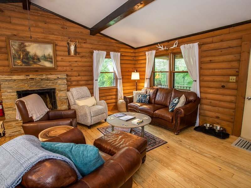 Rustic 3BR Cabin, Hot Tub, Fire Pit, AC, River Access, Pet Friendly, Near Hiking, alquiler vacacional en Todd