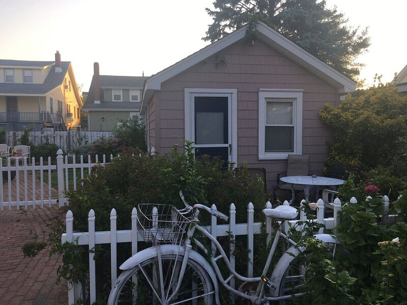 Enjoy as Autumn Getaway at this Charming Beach Cottage, holiday rental in North Wildwood