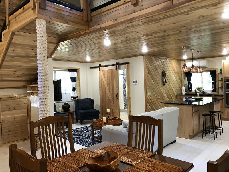 Loft Style Cottage and Lake Huron Views with Sandy Beach Access (CDC Compliant), casa vacanza a Hale