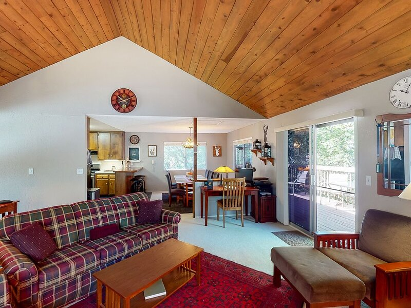 Charming mountain cabin w/ forest views, yard, & a large deck, holiday rental in Victorville