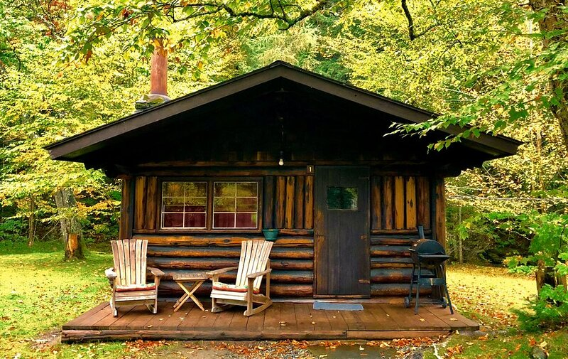 Rustic Log Cabin #1: Hand hewn, wood burning fireplace, brook, full kitchen/bath, alquiler de vacaciones en Bath