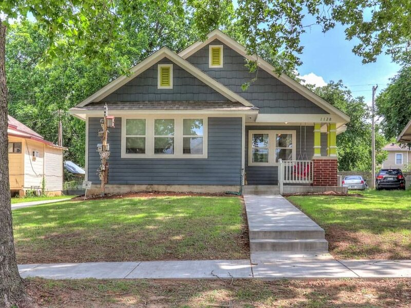 Val's Eclectic Classen Cottage, vacation rental in Spencer