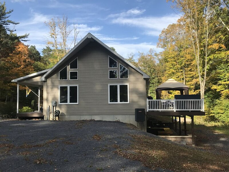 4 BR * 2 BA * Sleeps 12 * Raystown Lake * Boat Parking* 45 min to PSU!, holiday rental in Allensville