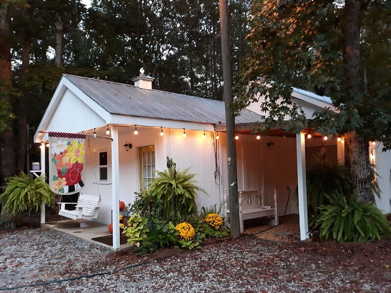 Beautiful southern classic bunkhouse close to town but yet completely secluded!, aluguéis de temporada em Fayetteville