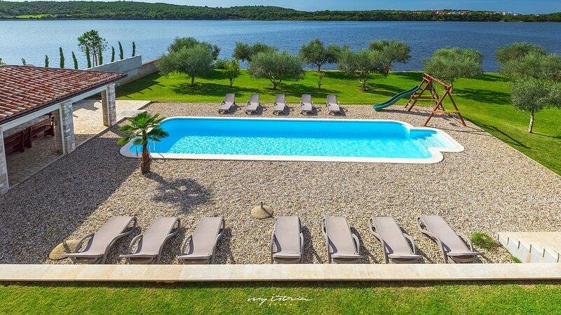 Waterfront villa with large private pool near Pula, location de vacances à Pomer