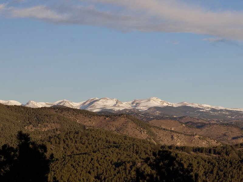 Snow capped views, wildlife, lake, close to skiing & Red Rocks Amphitheater, vacation rental in Evergreen