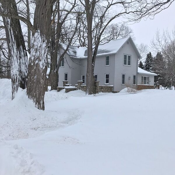 Charming Farm on acclaimed M-22*Fireplace*Central Air*minutes to Town/Beach, holiday rental in Northport
