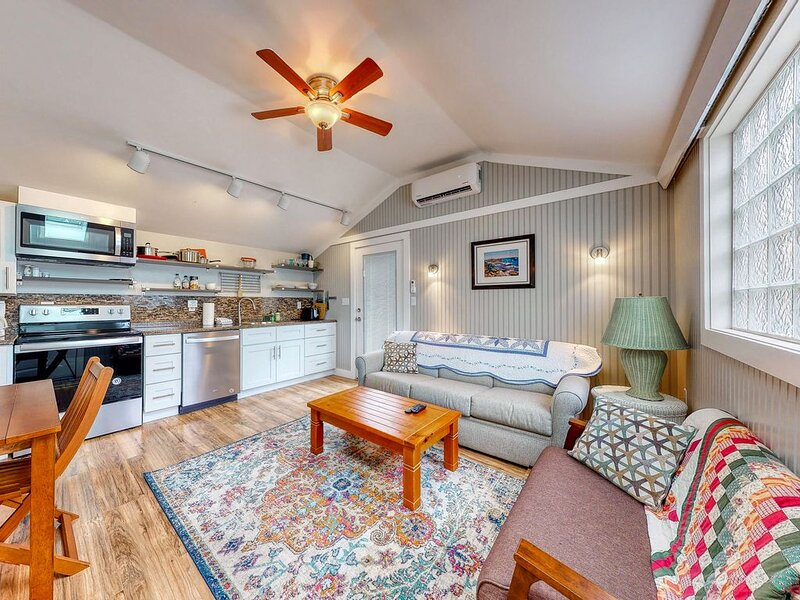 Charming, Dog-Friendly Cottage w/ Shared Pool - Walk to the Ocean!, holiday rental in Kennebunk