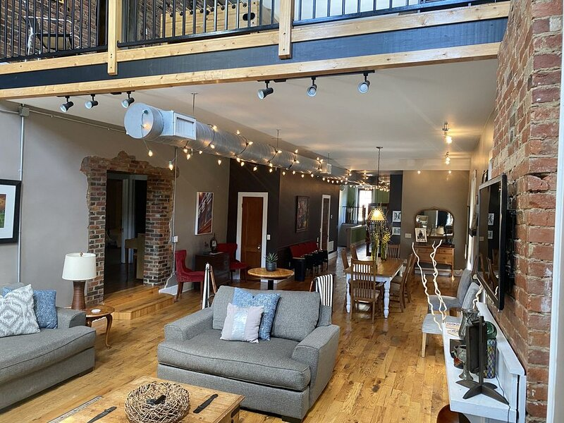 Loft on Market | 10+beds **Socially Distance with Us**, holiday rental in Henryville