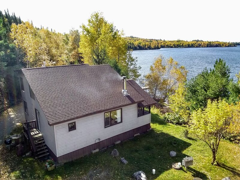 Family And Pet Friendly 2 Bedroom Cabin Northeast of Ely 1 Mile from the Bwca, casa vacanza a Ely