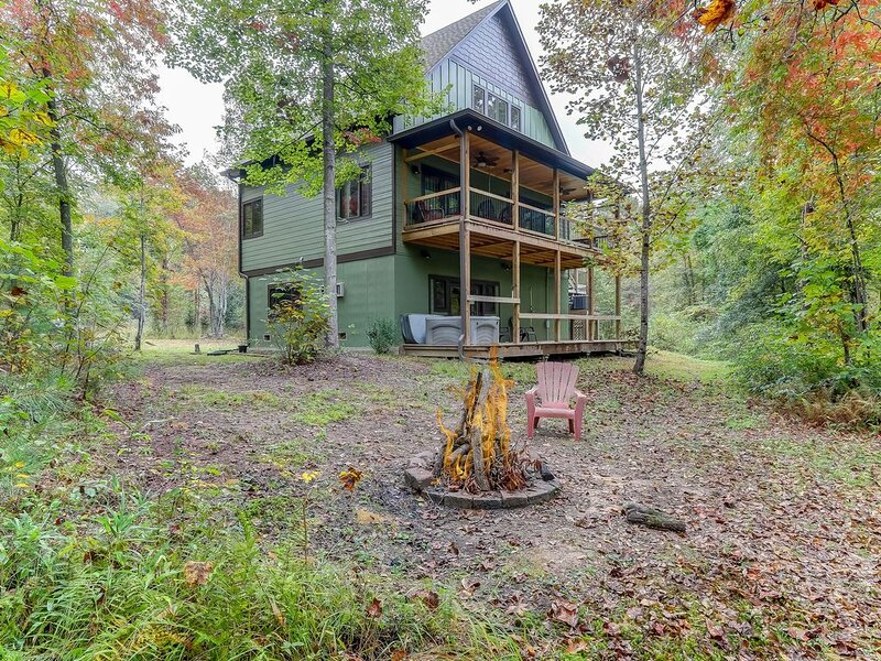 Fantastic waterfront mountain retreat w/ private hot tub & outdoor shower!, vacation rental in Mineral Bluff