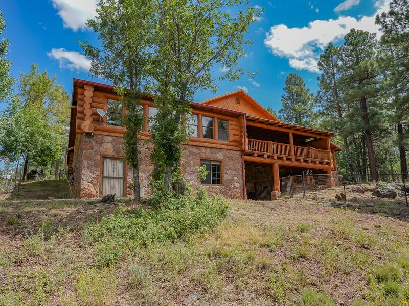 GORGEOUS CUSTOM BUILT ' WHOLE LOG' CABIN RETREAT ON 5 ACRES WITH GAME ROOM, alquiler vacacional en Pinetop-Lakeside