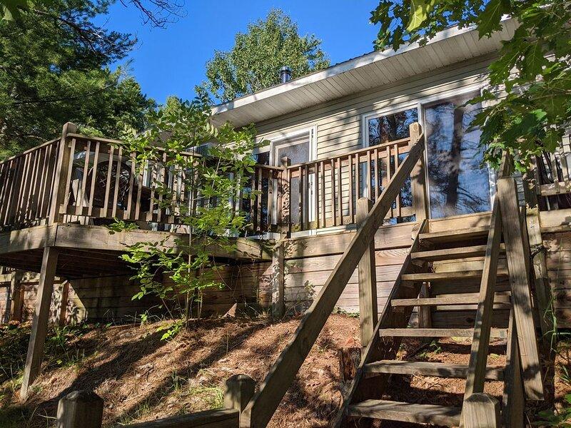 Treehouse on the river., alquiler de vacaciones en Deerton