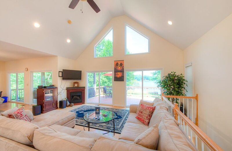 New listing! Lakefront retreat w/ private dock, kayaks, volleyball court & more!, casa vacanza a Bumpass