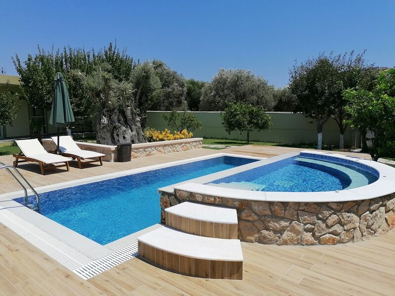 Villa MATA - 600m² with Private Pool and Jacuzzi, holiday rental in Ladiko