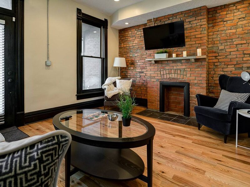 Modern Townhouse Few Minute Walk To Nightlife, holiday rental in Gahanna