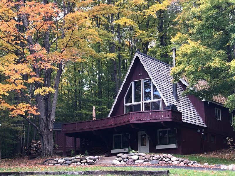 Northern Michigan Vacation Chalet with Golf & Skiing at Schuss/Shanty Creek, alquiler de vacaciones en Bellaire