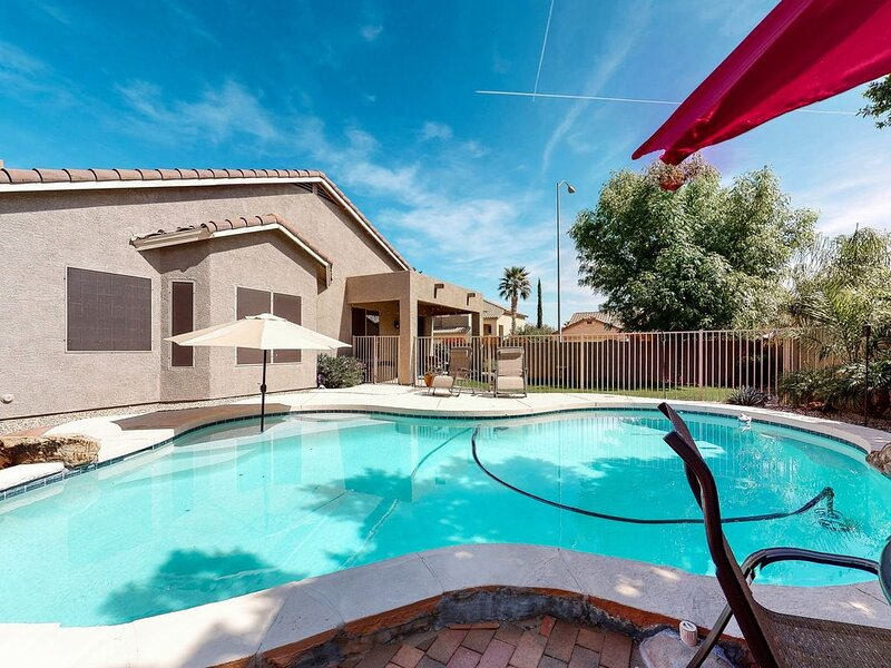 Bright dog-friendly home w/ private pool & gas grill - close to golf & trails!, holiday rental in Apache Junction
