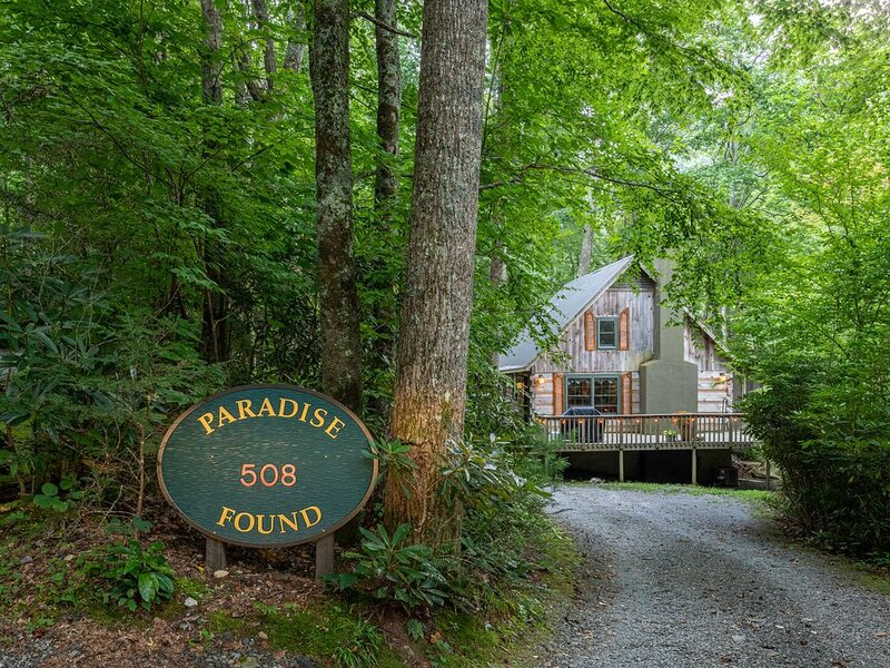 Paradise Found - Quaint Cabin on the River with Hot Tub, porch, pet friendly!, holiday rental in Boone