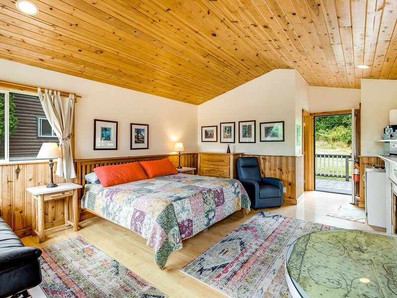 Bright cottage w/ gas fireplace & private hot tub - walk to the beach/marina!, vacation rental in Orcas