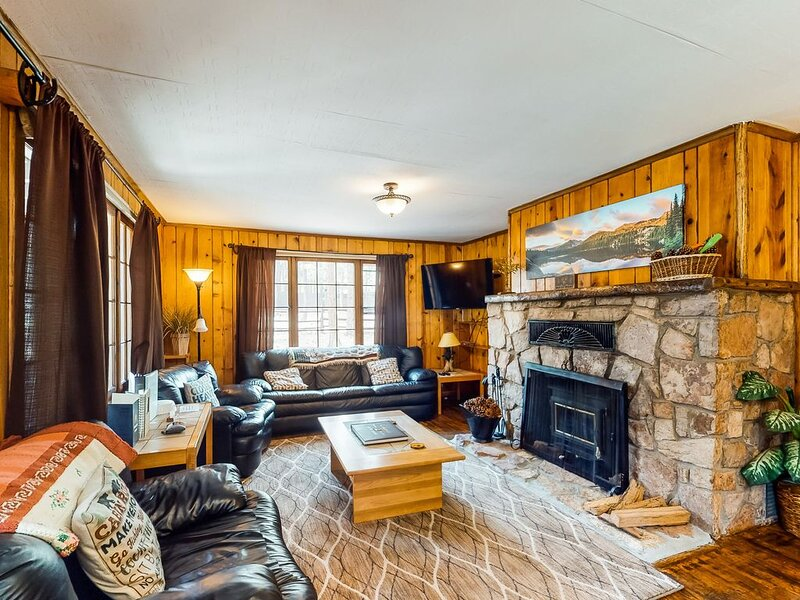 Dog-friendly cabin w/full kitchen, free WiFi, great location & updated bathroom!, alquiler de vacaciones en Woodland Park