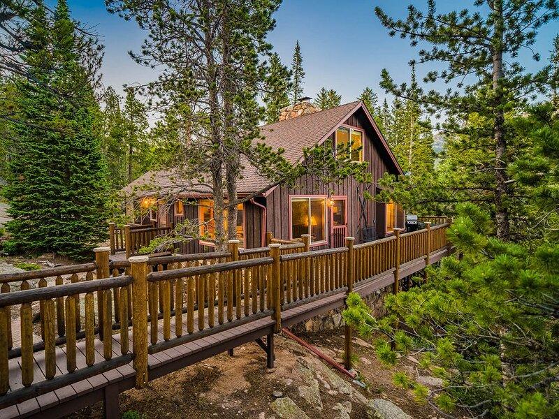 Secluded 3br cabin on 10 acres with views & brook, aluguéis de temporada em Estes Park